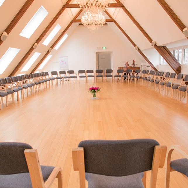 Großer Tagungs Konferenzraum im Stuhlkreis mit Kronleuchtern