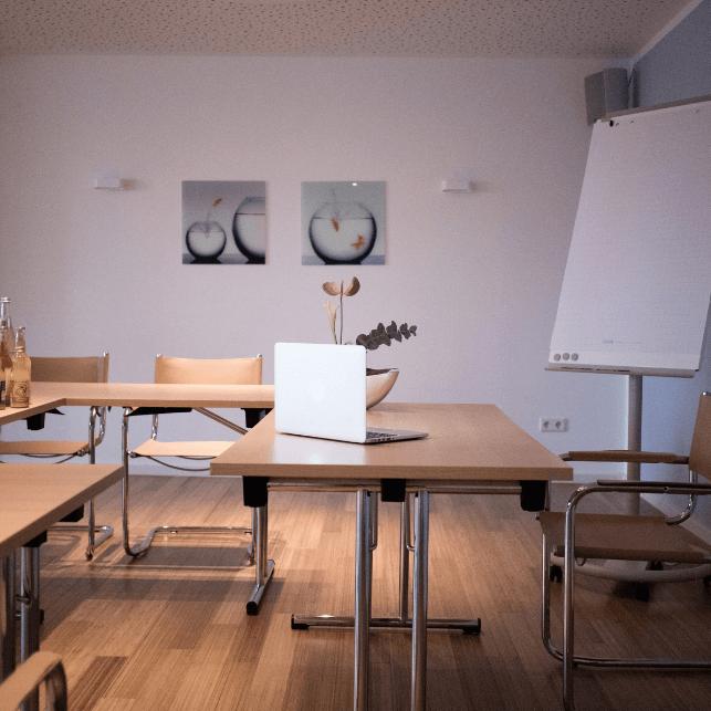 Konferenzraum in U-Form mit Dozentenpult und moderner Tagungstechnik aus der nähe fotografiert