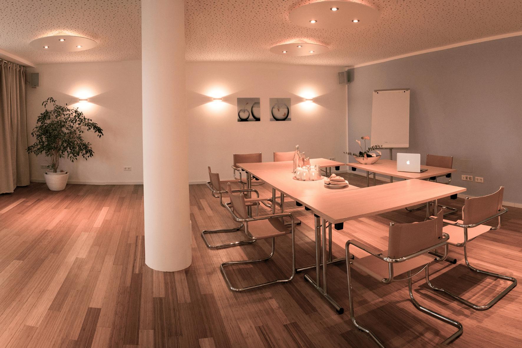 Konferenzraum in U-Form mit Dozentenpult und moderner Tagungstechnik