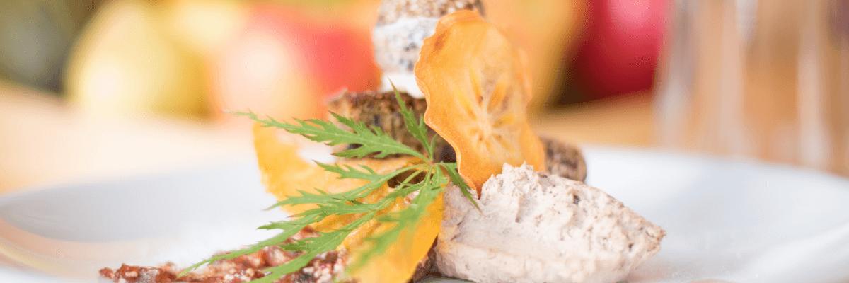 Eis auf Teller mit getrockneten Mandarinen